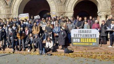 "Photo of طلاب جامعة ""هارفارد الأمريكية"" يقاطعون كلمة القنصل الإسرائيلي؛ وينظمون اعتصاماً من أجل غزة"