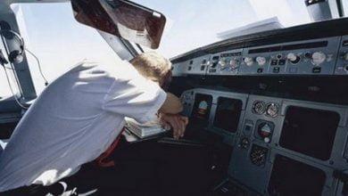 Photo of طيار يأخذ قيلولة أثناء تحليق الطائرة … بماذا عاقبته الشركة