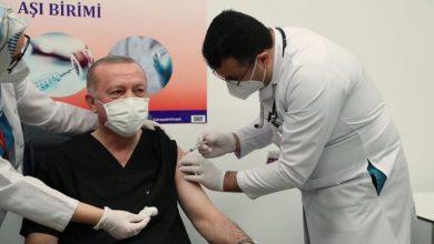 Photo of أردوغان يتلقى جـ.ـرعة أولى من لقاح كورونا .. و 100 ألف موظف بقطاع الصحة يتلقون اللقاح الصيني